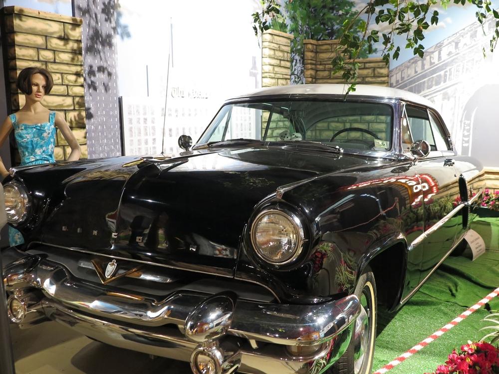Esillä oli muutamia eri aikakausien amerikkalaisautoja, kuten tämä Lincoln Continental 50-luvun lopulta.