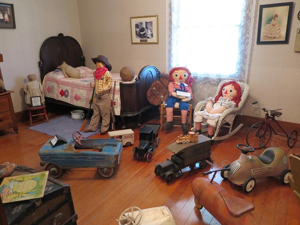 Ja tässä menneiden vuosikymmenten leluja.