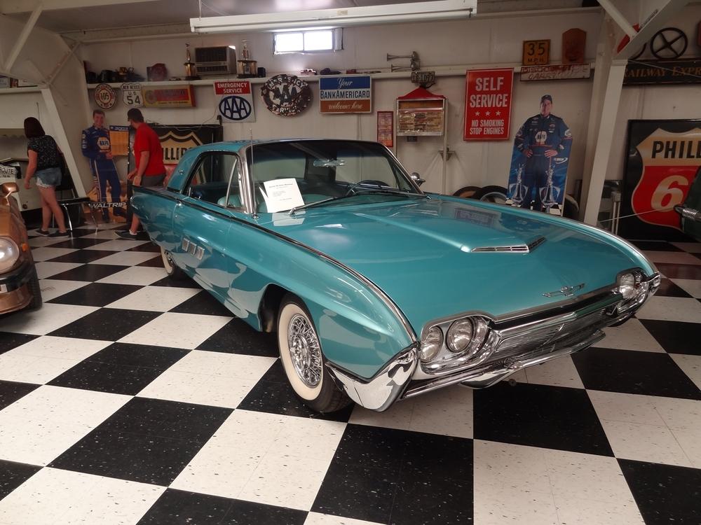 Myös 60 -luvun Ford Thunderbird, kohtuuhintainenkin (18.000 USD)