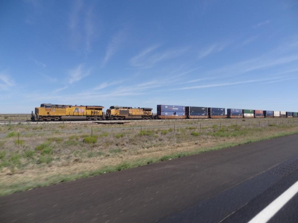 Ja junat on pitkiä. Tässä nämä kaksi veturia työnsivät ja mailin päässä toisessa päässä kolme veturia veti.
