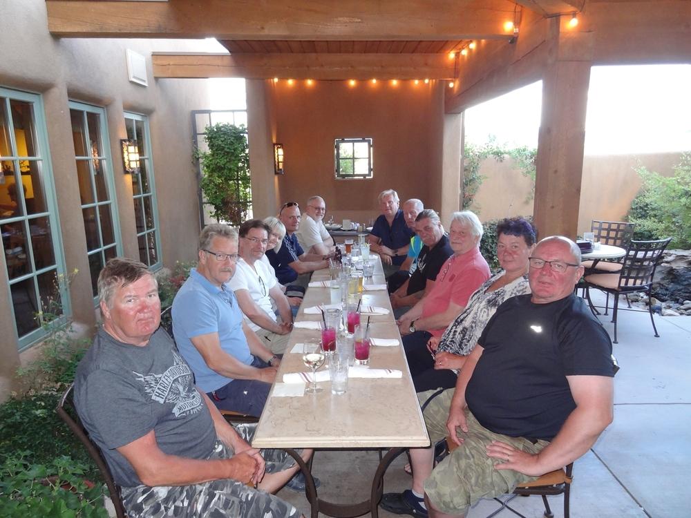 Joukkueemme illallisella Ranch Housessa. Henkilöt vasemmalta pöydän päädyn kautta oikealle: Esa P, Kjell V, Ari I, Sari Y, Markku Y, Steve M, Kari S, Pekka K, Tapsa V, Pertti P, Outi V ja Matti L.