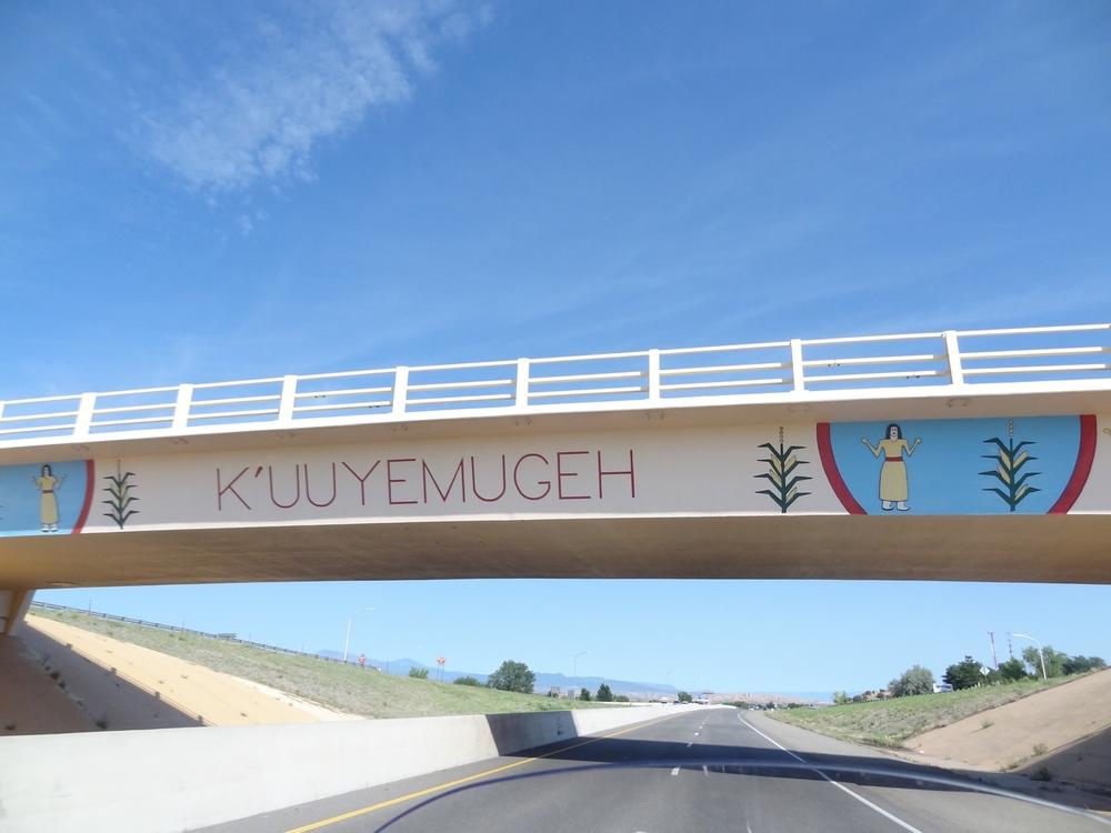 Santa Fe:stä pohjoiseen johtavalla Highway 84:llä on kaksi samanlaista siltaa, joista toisen nimi näkyy kuvassa ja toisen nimi on P'osuwageh. Nämä nimet ovat intiaanien käyttämää Tewa-kieltä ja ne tarkoittavat vain paikan nimiä.