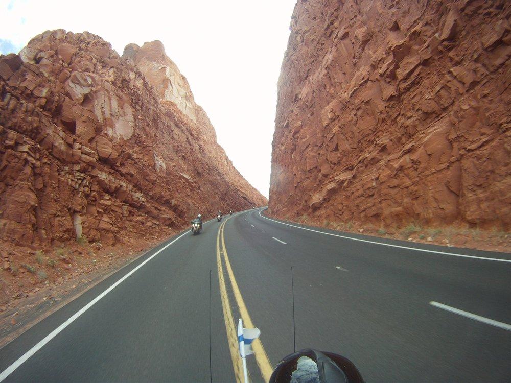Matkalla Marble Canyoniin olivat tietekijät joutuneet kalvamaan vähän kalliota. Tämmöisiä toki löytyy kotisuomestakin ja meikäläinen peruskallio kyllä panee enemmän hanttiinkin kuin täkäläinen.