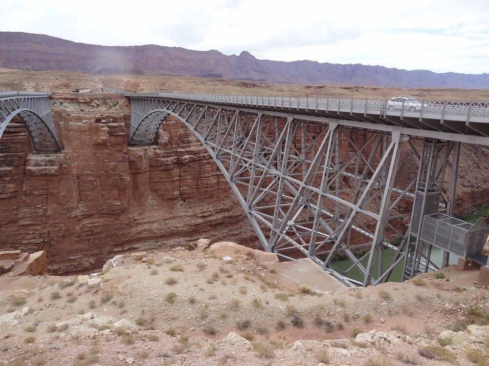 Navajo Bridge on jo lähes 90 vuotias. Sen vieressä oleva jalankulkijoiden eli maiseman ihmettelijöiden silta on samanlainen rakenteeltaan.