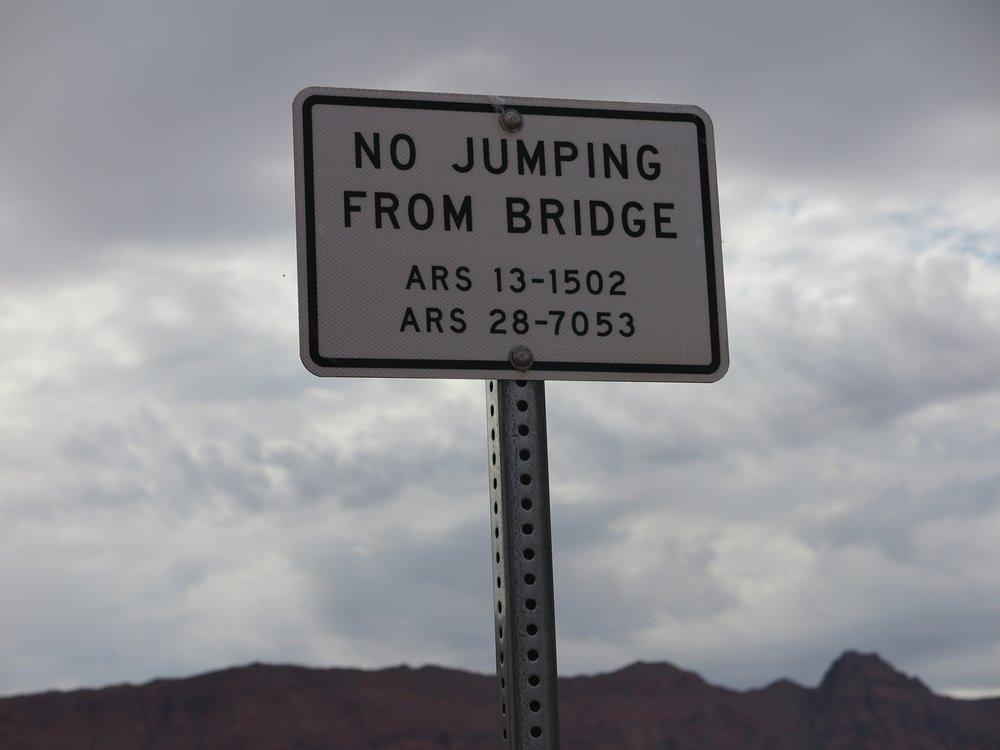 Amerikassa kun ollaan, niin hyvähän tästäkin on varoittaa...Varmaankin oikeastaan osoitettu esim. benji-hyppääjille, joille nuo sillat olisivat varmaan ilmeisen otolliset paikat.