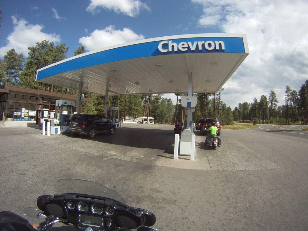 Tankkaus Jabob Laken Chevron-asemalla.
