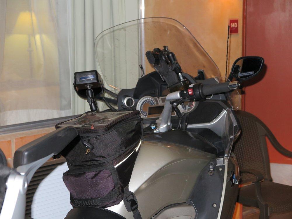 Maassa maan tavalla! Billin K 1600 GTL ja sen ohjaamo. Vasemmanpuoleinen iso laatikko on tutkanpaljastin ja oikeanpuoleinen on....ihan oikein! Se on automaattipistooli kotelossaan, tietysti! Utahin lain mukaan, jos sinulla on aseenkantoluvat kunnossa, saat kantaa asetta näkyvillä. Ja Bill pitää sen esillä GTL:n stongassa, ihan vain varmuuden vuoksi...