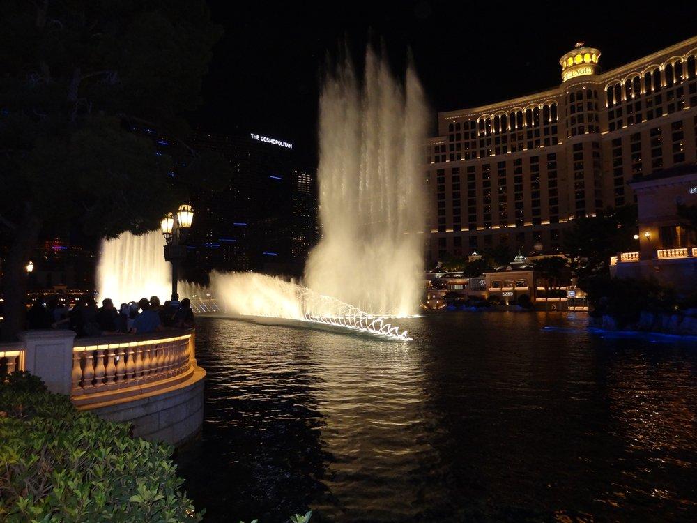 Hotelli Bellagion musiikkiin tahditettu vesishow.