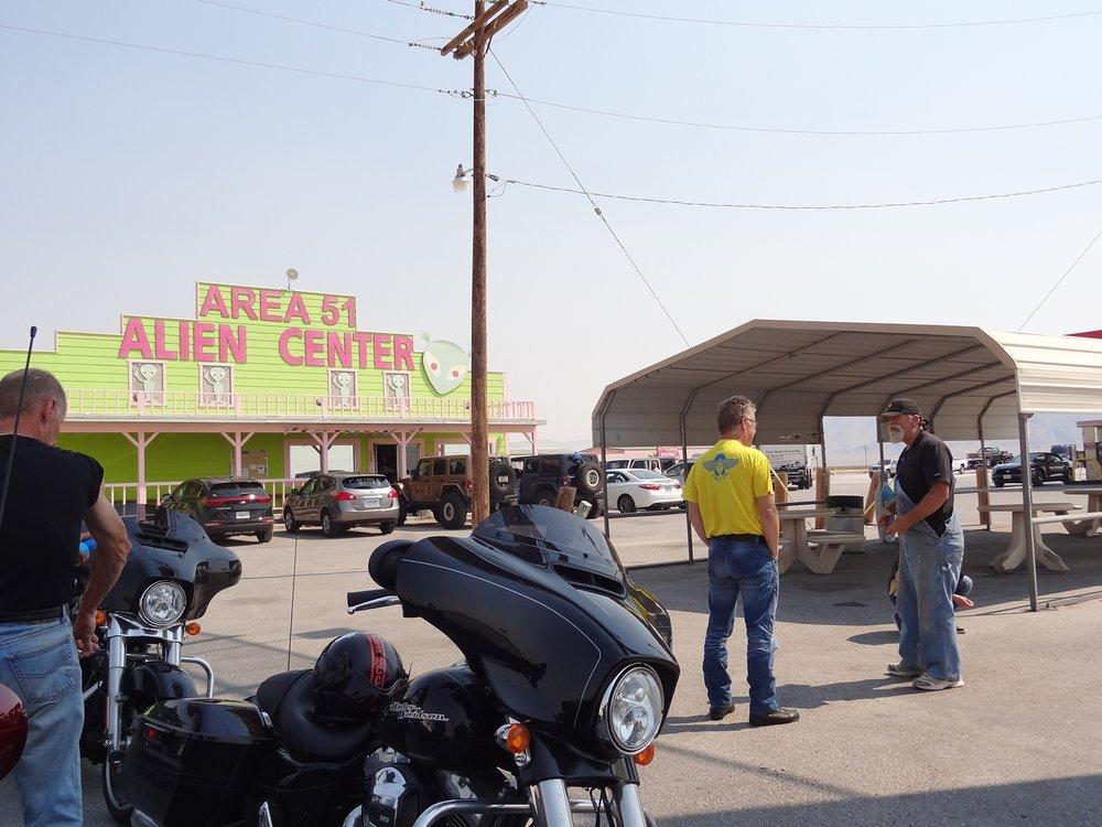 Amargosa Valleyn Area 51 -taukopaikka. Tässä kari oli meitä odotellut varttia aiemmin ja kuulemma jututtanut samaa partasuuta, jonka kanssa Kjell tässä haastelee.