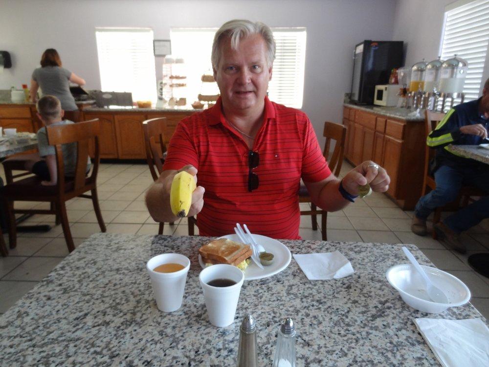 Caifornia Innin aamiaisen lähes koko tarjonta on esillä. C'mon punk, make my day!