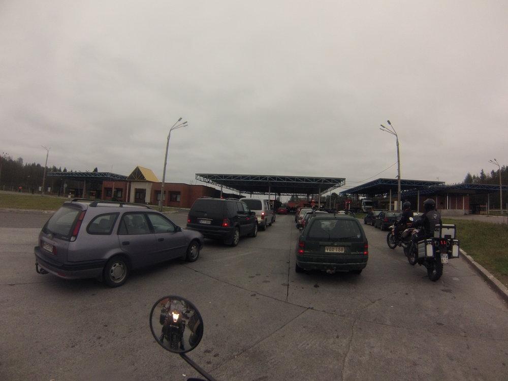 Venäjän rajalla on aina pientä jonoa viikonpäivästä riippumatta, mutta pyörällä pääsee melkein aina jonon ohi... (Kuvassa Värtsilän rajanylityspaikka)
