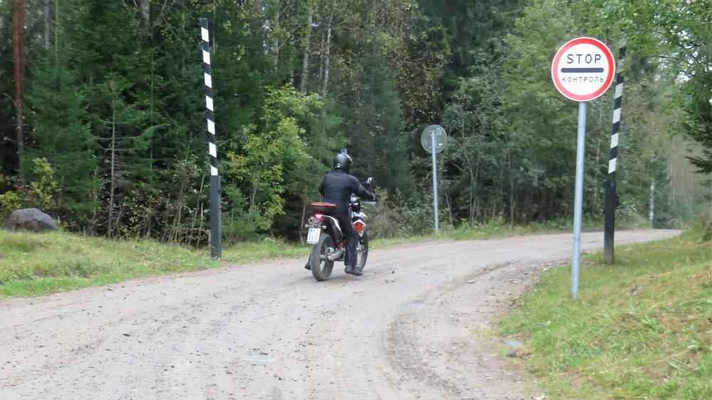 Venäjän puolella rajan lähellä on paljon kieltokylttejä, mutta todellisuudessa alue on niin järjettömän laaja, että kukaan ei sitä pysty valvomaan...