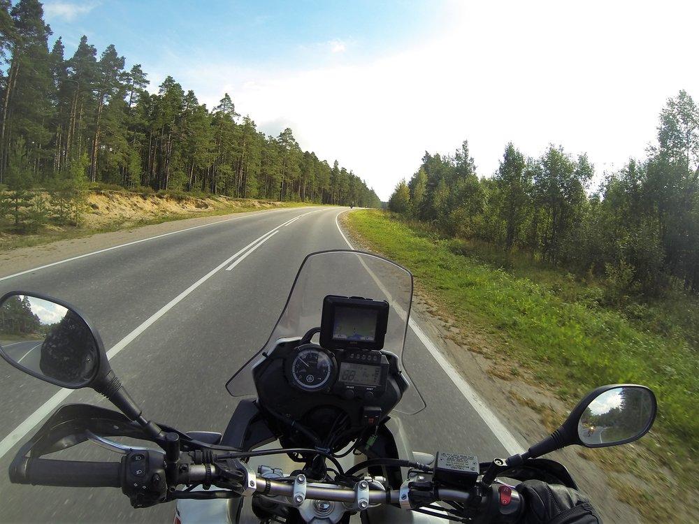 """Murmanskin ja Pietarin välissä menee noin 1500 kilometriä pitkä """"Murmansk Highway"""" P-21 joka on koko pituudelta erinomaisessa kunnossa..."""
