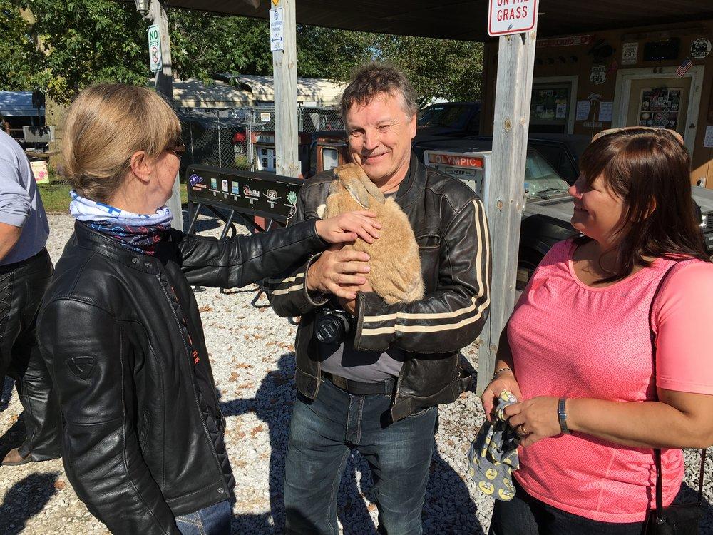 Anne, Matti, Gizmo (Matin sylissä) sekä Outi. Gizmo näyttää siltä että jos se olisi kissa, niin se kehräisi ;)