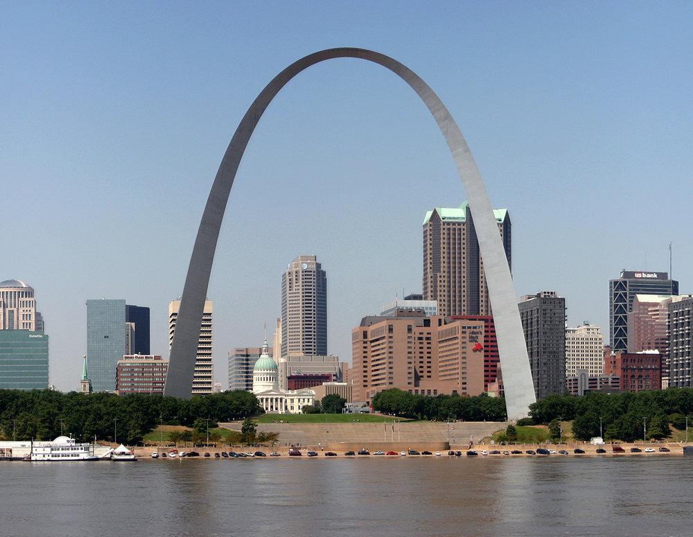 Eero Saarisen luomus, Lännen Portti koreilee Mississippin rantapenkalla Saint Louisissa.