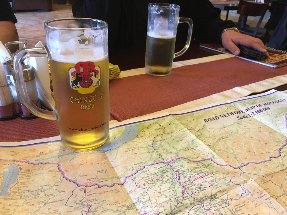 Chinggis olut kylmänä on erinomaisen maukas... Mongolian tiekartta on ainoastaan suunta antava, sillä teitä ei Mongoliassa tunnetusti paljon ole...