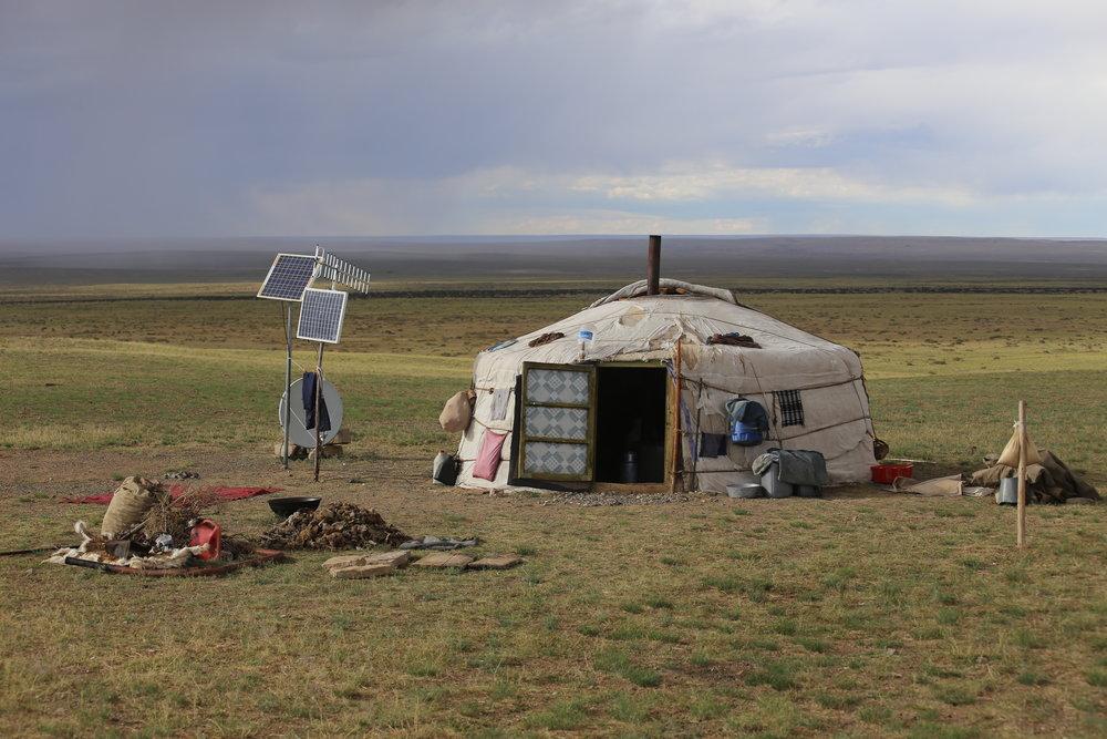 Jurtta eli kibitka tai geron kehän muotoinen, ikkunaton ja kupukattoinen kuljetettava paimentolaismaja. Jurtan runko on koottu ohuista puusäleistä ja katettu huovalla. Rakennelman keskellä on tulisija ruoanlaittoa ja lämmitystä varten. Jurttaa käyttävät useat mongoli- ja turkkilaiskansat Pohjois- ja Keski-Aasiassa. (Käyn tarkemmin jurtan käyttäytymissäännöt ja tavat myöhemmissä postauksissa)