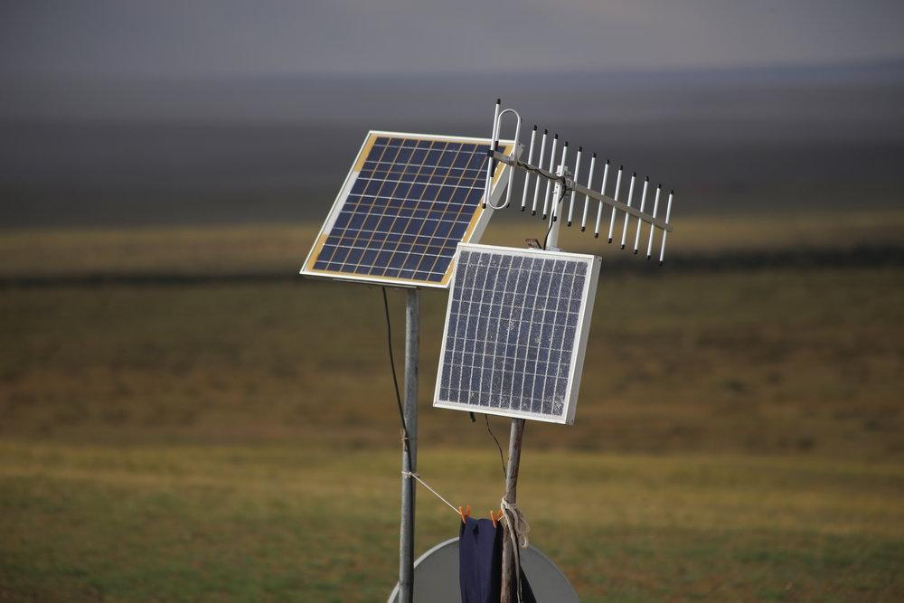 Yleensä paimentolaiset pärjäävät hyvin ilman sähköä, mutta varakkaimmat mongolit asentavat aurinkopaneeleja jurttien eteen...
