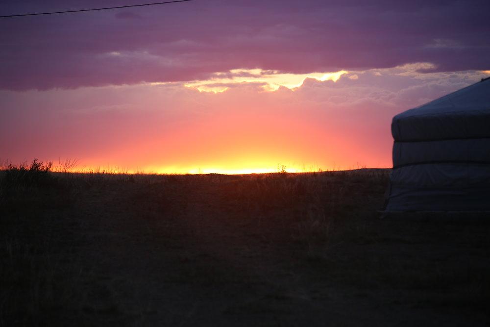Auringonlaskut Mongoliassa on jotain aivan uskomatonta ja sitä ei voi sanoin kuvata...