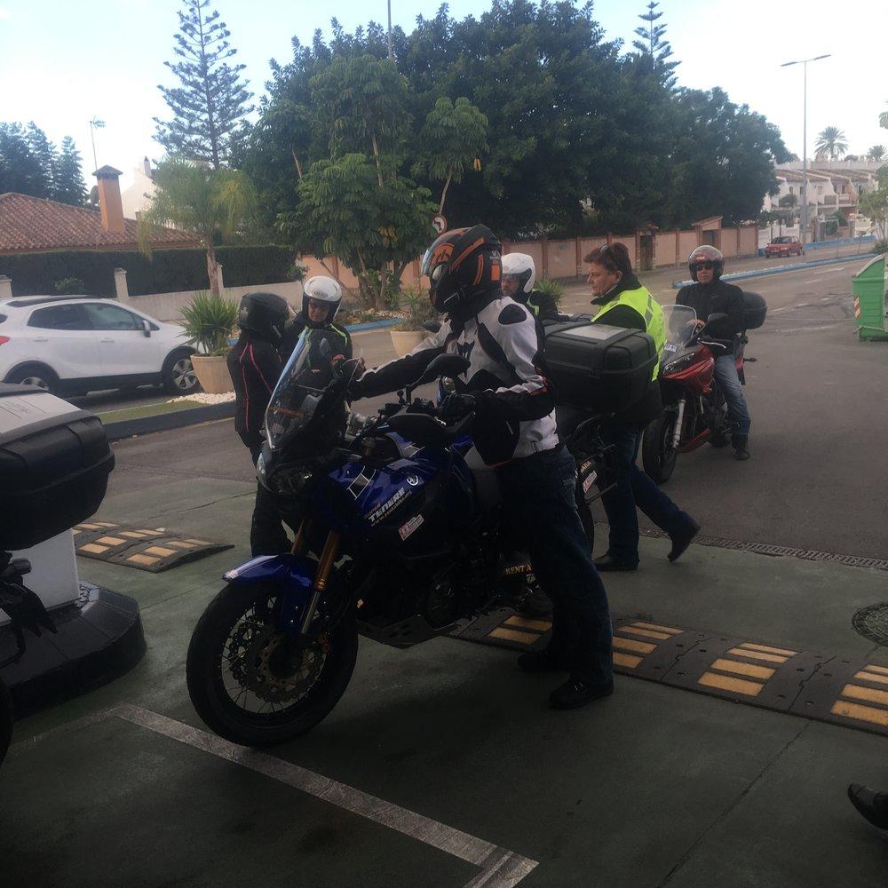 Pyörätkin tarvitsevat välillä sapuskaa ja tässä aamupäivän tankkauksella.