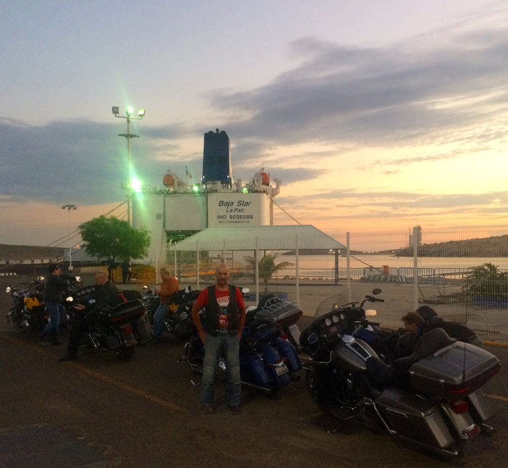 Ilta hämärtyy La Pazin satamassa, henkilökunnan arpoessa oikeita rekisterinumeroita lippuihimme :)