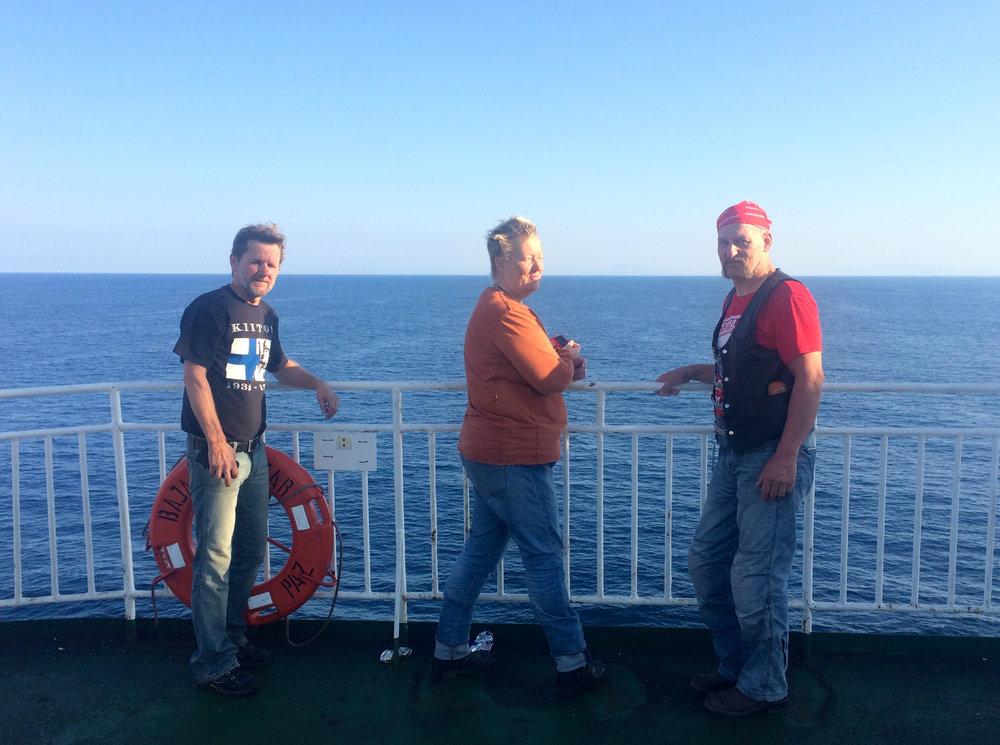 Pena, Telle ja Mikko bongailemassa delfiinejä Mazatlaniin rantautumista odotellessa :)