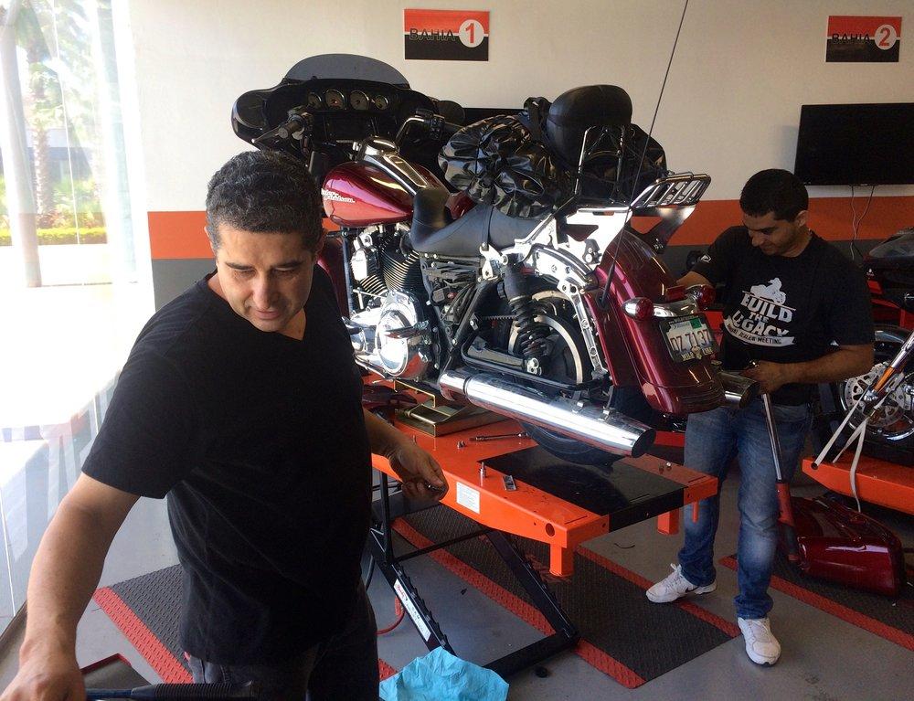 Autonrengas vaihtuu moottoripyöränrenkaaksi Culiacanin HD-huollossa noin tunnissa.