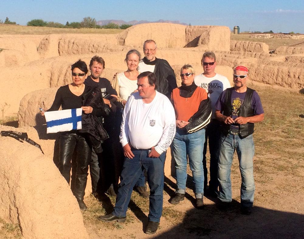 Tuire, Pena, Helena, Jari, Pekka, Telle, Make ja Mikko. Paquime, Casas Grandes, Mexico.
