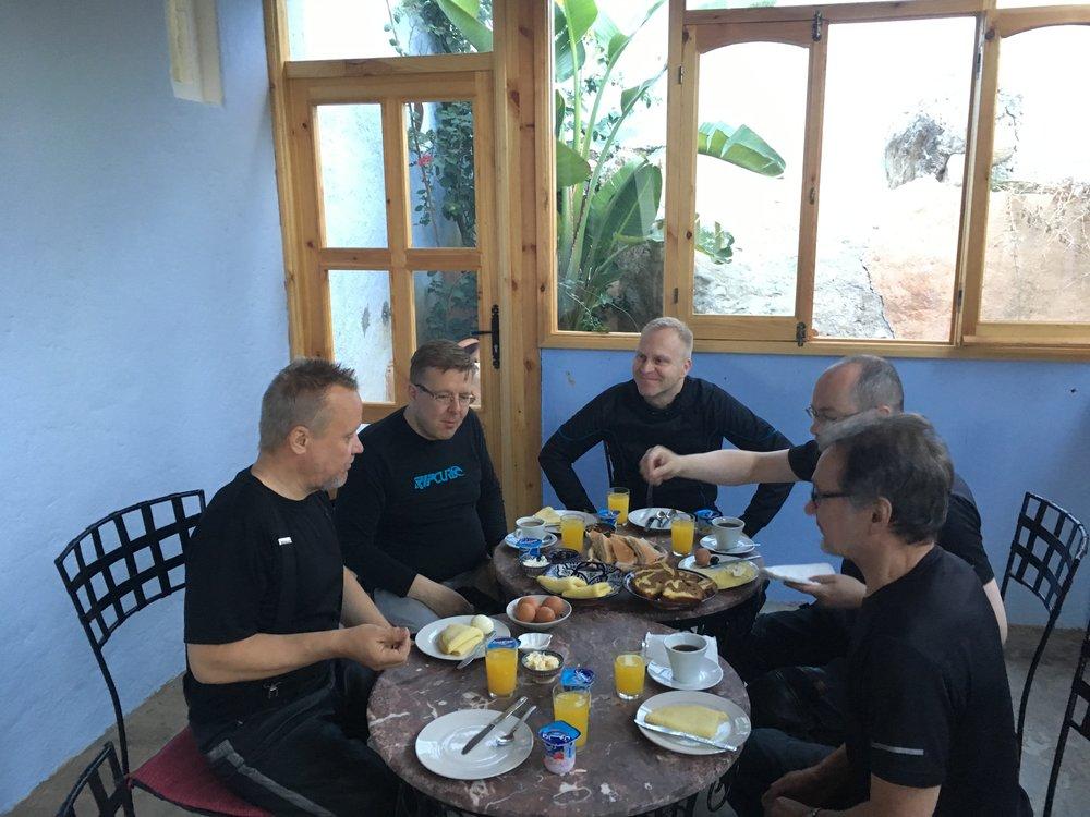 Marokkolainen aamiainen ei ole varsinaisesti laihdutuskuurilaisen unelma - hyvin hiilihydraattipitoinen... On paljon leivoksia ja lettuja, kakkuja ja pullia - mutta kyllä se motoristeille menee täydestä :)