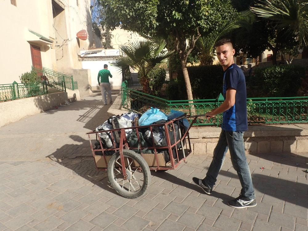 Tavaroita ei tietenkään tarvitse itse kantaa, sillä heti oli tarjolla kuljetusapua pientä korvausta vastaan...:)