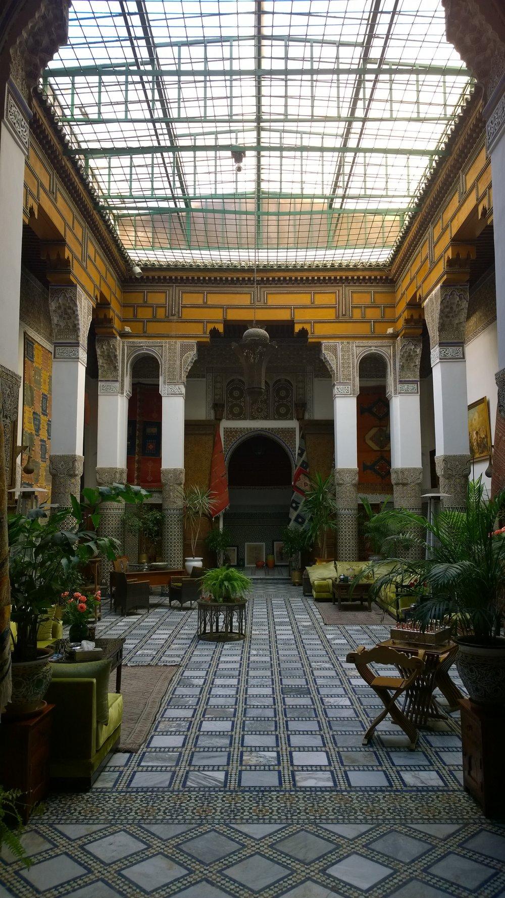 Hotellimme vastaanotto - aikoinaan paikka kuului rikkaalle mattokauppiaalle... Nyt se on muutaman huoneen Riadi eli majatalo.