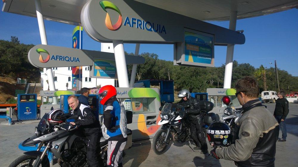 Marokossa ei ole sen kummempaa ongelmaa polttoaineen kanssa - asemia on runsaasti ja yleensä niissä on jopa pensaa :) Yleisin on kuvassa näkyvä Afriquia tai meillekin paremmin tuttu Shell...