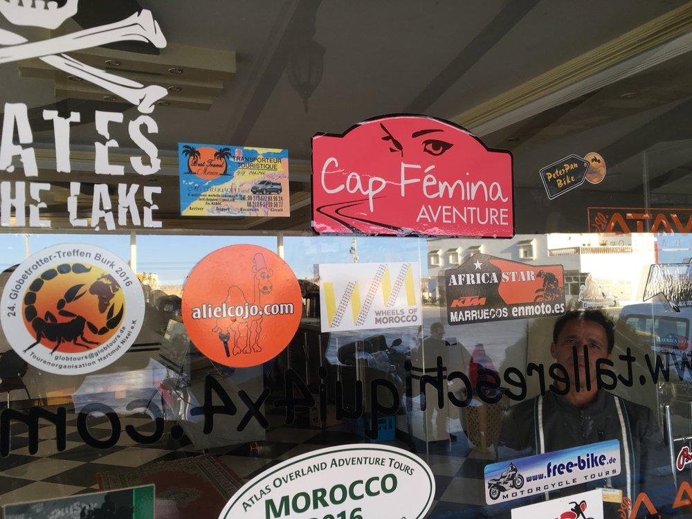 Pensa asemien seinällä on usein erilisten moottoripyöräkerhojen tai ryhmien tarroja - nyt on myös PeterPanBiken logo koristelemassa Saharan Shellin seinää :)