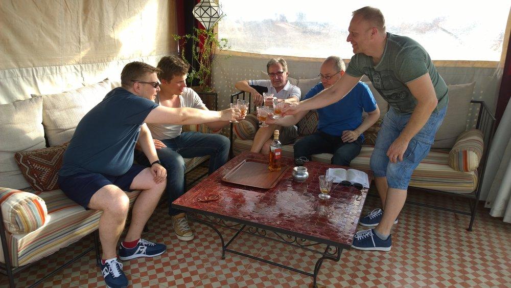 Hotellille päästyään kiivettiin nopeasti terassille ja korkattiin Espanjasta asti raahattu Red Label pullo päivän kunniaksi... :)