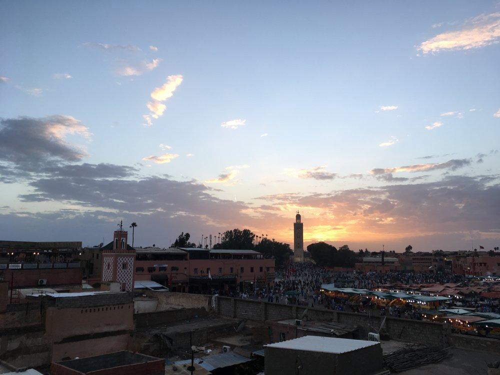 ... Samalla nautittiin auringonlaskusta ja Marrakeshin torin hulinasta...