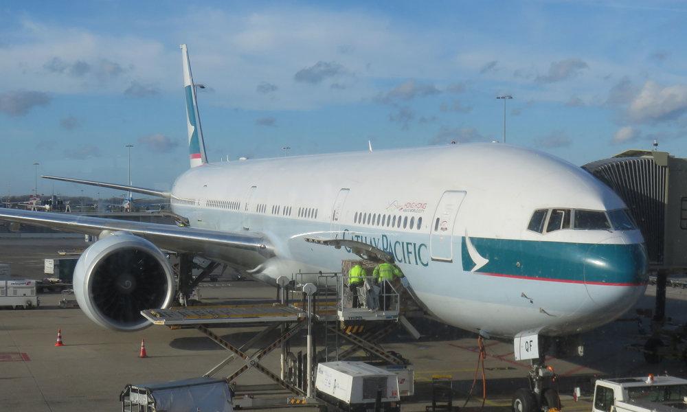... ja Cathay Pasificin siivin Hong Kongiin ...