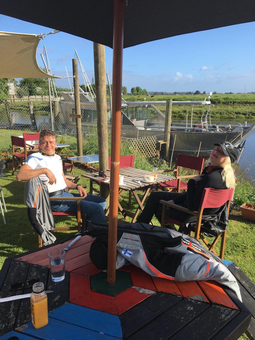 Aamu alkaa kahvitteluhetkelläCape Reingan tien alkulähteillä, Tapio ja Kirsi