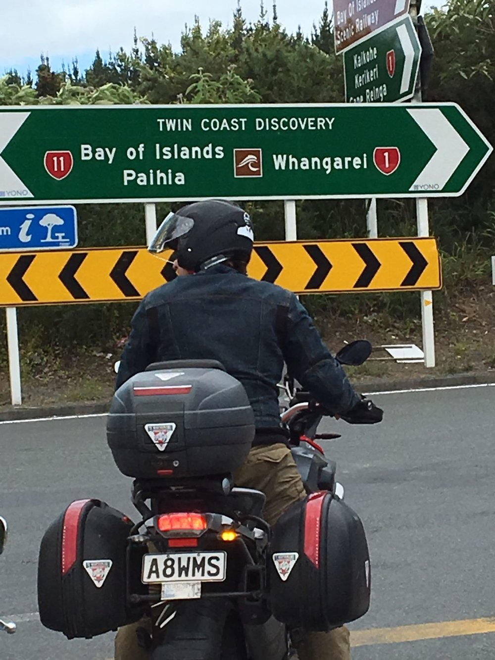 """Keep left, look right vai miten se menikään? Nyt alkaa siirtyminen kohti Whangaparoaa, tietysti maisemat olivat sanoin kuvaamattomia, mutta niin """"tavallisia"""" ettei kuvia tullut räpsittyä reitin varrelta. Siispäasiallinen siirtyminen seuraavaan majapaikkaan Aucklandin pohjoispuolelle missä koettiin matkan ensimmäiset uukkarit, niitä onnistuttiin tuottamaan jopa """"kaksi yhden hinnalla"""". Sitten Thaikkuun syömään ja unta palloon"""