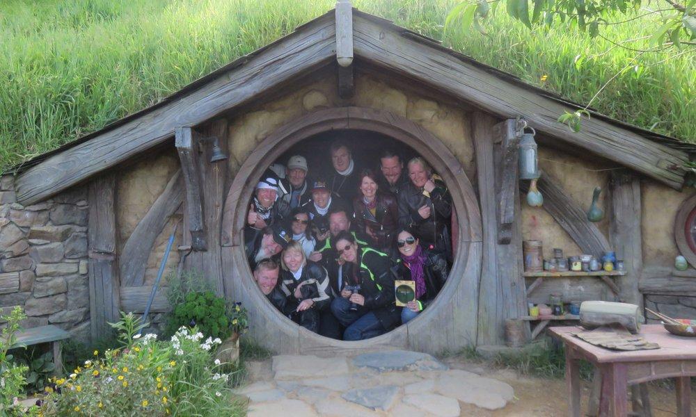 14 pientä Hobittia kotikolonsa ovella!