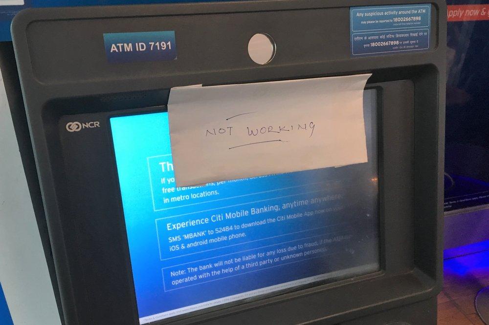 """Kaikki raha-automaatit joihin törmäsin päivän aikana näyttivät samanlaista viestiä - """"not working"""""""