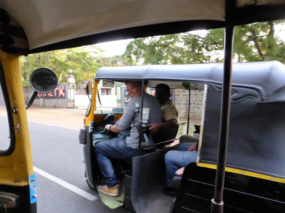 Riksakuski hoiti hommansa hienosti - pisti minut ajamaan ja otti vielä kyydistä maksun :)