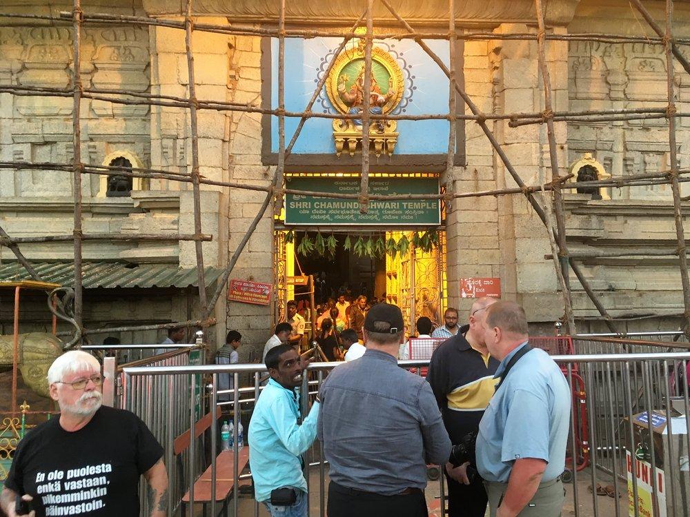 Tähdet ja planeetat olivat tänäpäivänä oikeassa asemassa, joten temppeli oli tupatentäynnä pyhinvaeltajia...