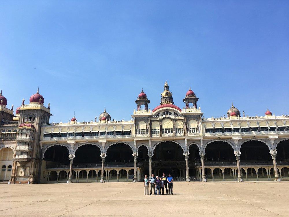 Tästä ryhmäkuvasta näkyy hyvin mittasuhteet - Mysoren palatsi on valtava!