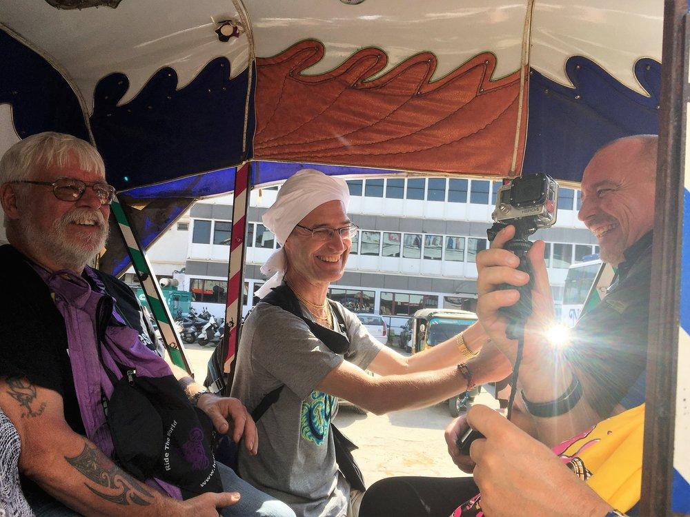 Erinomainen tapa tutustua Mysoreen tyylillä on hevoskärryajelu - kaikki mahduimme kerralla kyytiin, vaikka Johannes ja minä roikuimmekin hieman ulkopuolella ;)