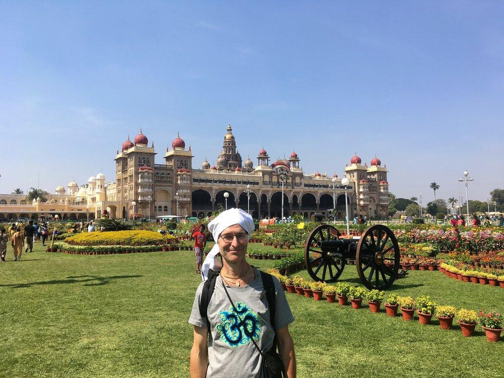 Mysoressa tavattiin myös PeterPanBiken hyvän ystävän - Johannes Kurki taiteilija nimeltään Jai Govinda - hän on asunut Aasiassa vuosikymmeniä ja hänen paikallistietämys ja kielitaito olivat korvaamattomia!