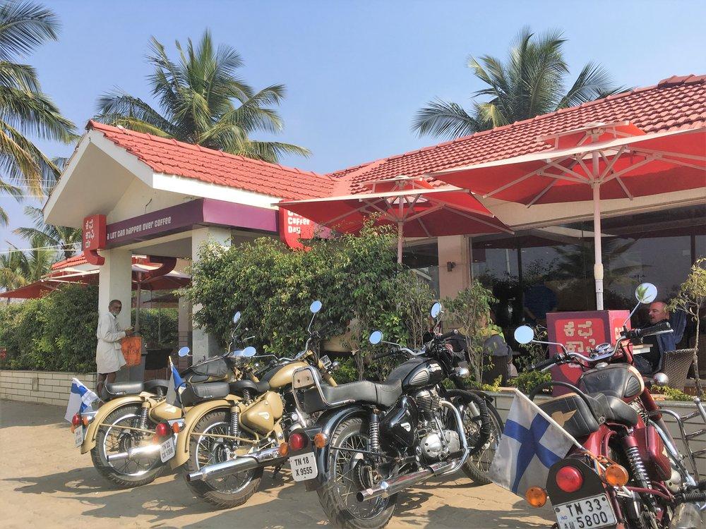 Nykyaikainen länkkärikulttuuri näkyy Intiassa hyvin harvakseltaan - jos halua syödä McDonaldsissa, Pizza Hutissa tai KFC:ssa, niin niitä pitää etsiä etsimällä! Yllä olevassa kuvassa on paikallinen vastine Starbucksille, mistä saa erinomaista kahvia... Hinnat myös sen mukaiset, sillä kahvi maksaa 150 rupia - Intialaisen tarjoilijan palkka on noin 400 rupia päivässä!