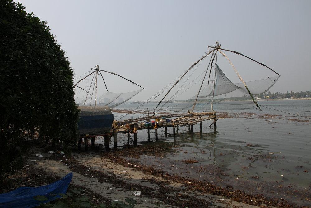 Kaupungin edustalla on kiinalaisten suunnittelemat kalastusverkot - nykyään niillä voi kalastaa ainoastaan roskaa, sillä Intialaisilla on edelleen pitkälti roskat olan yli kultuuri ja se näkyy valitettavasti...