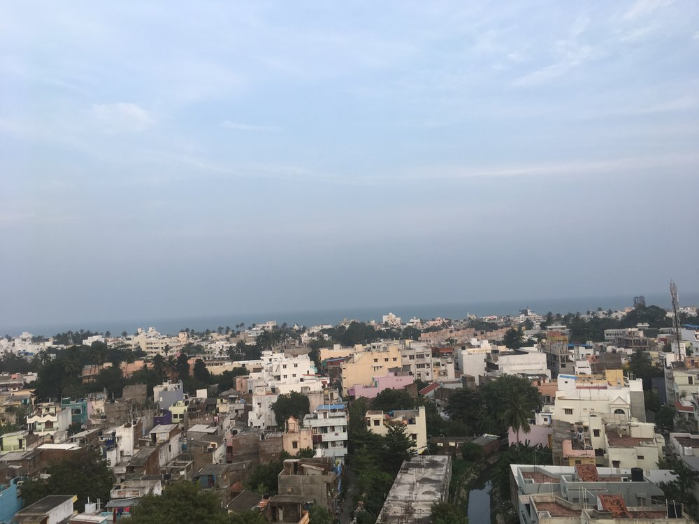 Pondicherry ja Bengalinlahti hotellin kattoterassilta katsottuna...