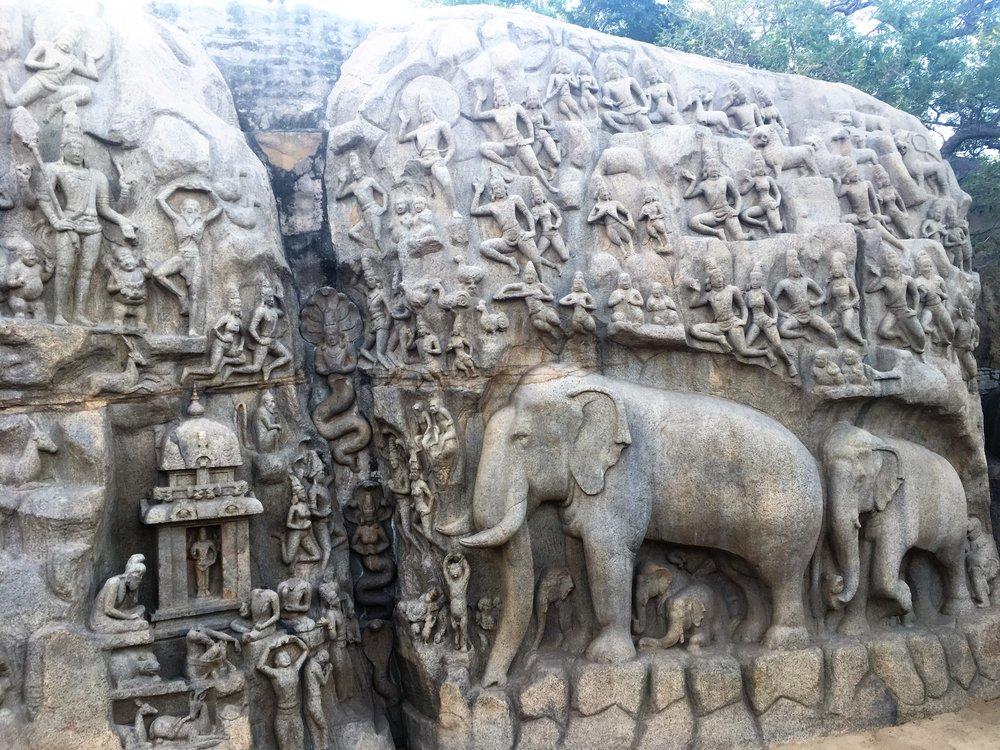 Mahabalipuramin päänähtävyyksiin kuuluu Unescon maailmanperintö kohteenakin tunnettut kallioreliefit... Jotkut tutkiat uskovat, että kaupungin keskellä sijaitsevat kalliot toimivat aikoina veistäjien koulutuskeskuksena, sillä reliefit ovat satojen eri taitelijoiden käsialaa.