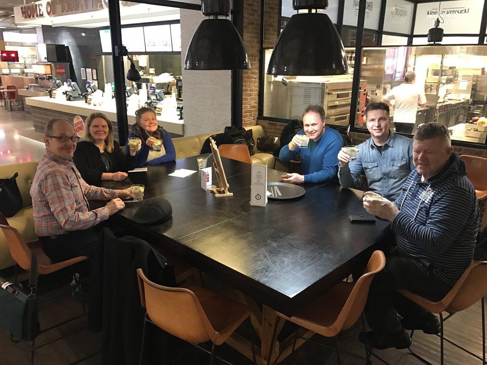 Helsinki-Vantaa, ensimmäiset maljat tulevalle reissulle! Vasemmalta Juha, Marja Leena, Riikkaleena, Hannu, Hessu ja Ville.